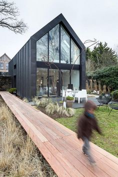 Guipavas Black Barn / Trace et Associés & Crayons des Jardins Located in Gouesnou, France, the Guipavas Black Barn was designed by french studio Trace et Associés for a young family with children. Barn House Design, Modern Barn House, Modern Cottage, Black Barn, Shed Homes, Cabin Homes, Modern Farmhouse Exterior, House Extensions, Black House