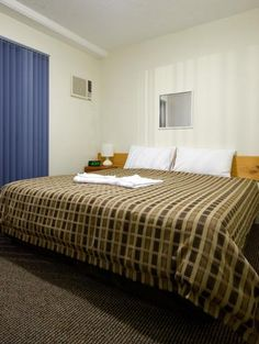 Get full furnished 2 Bedroom Unit at Airport Wooloowin Motel - Airport Wooloowin Motel provides combining a 1 bedroom apartment with a studio room gives you a 2 bedroom / 2 bathroom option. There is a queen bed plus ensuite bathroom in the 1st bedroom and a King bed or 2 single beds in the other. Air conditioning both bedrooms and the lounge. The lounge has a double sofa bed and another single bed for extra guests along with digital TV. Large kitchenette with fridge freezer.