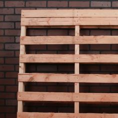 How To Transform A Wood Pallet Into A Crazy Functional Shelf de palets de madera Pallet Shelves Diy, Diy Pallet Couch, Pallet Wall Decor, Wooden Pallet Projects, Pallet Crafts, Wooden Pallets, 1001 Pallets, Recycled Pallets, Recycled Materials