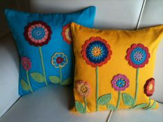 Capa almofada em tricoline poá ou liso com flores de croche aplicadas, 40x40