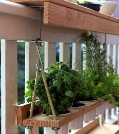 Aménager et décorer un balcon : ajoutez un petit potager le long de la balustrade