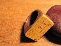 anillo hecho de cinta métrica o metro de madera reciclado.10bis.com