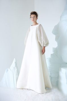 Azzi & Osta announce the release of their Autumn Winter 2018 2019 Couture collection. This season, the designer duo built on their enchantment of the Russian Empire, notably the reign of Czar Nikolai II. This year marks the year anniversary of his tr Abaya Fashion, Muslim Fashion, Couture Fashion, Fashion Dresses, Trendy Dresses, Nice Dresses, Dresses With Sleeves, Look Fashion, Fashion Show