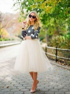 When we think of the skirt of tulle , a large number of things comes to mind . Capricious ballerina Tchaikovsky, toddlers at the masked ball ,the Prom dresses and Keri Bredso .  There is something so beautiful and girly in this trend . The skirt o
