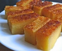 This traditional cassava (tapioca) cake is semi-soft, chewy and fragrant. It has an inviting aroma from the screw pine leaves (pandan leaves), eggs and coconut milk. Pinoy Dessert, Filipino Desserts, Asian Desserts, Filipino Recipes, Guam Recipes, Filipino Food, Filipino Dishes, Malaysian Dessert, Malaysian Food