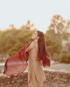 Punjabi Girls, Pakistani Girl, Dress Indian Style, Indian Outfits, Indian Wear, Curly Hair Designs, Nimrat Khaira, Punjabi Actress, Teen Girl Poses