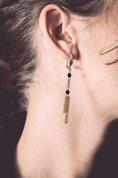 black dangle earrings black and gold chain door Cestbonpourcquetas