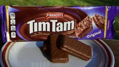 17 of the most iconic Australian foods. When travelling you should eat what the locals do, so here's some typical Australian food you should try. Waffle Cookies, Chip Cookies, Typical Australian Food, Fairy Bread, Anzac Biscuits, Aussie Food, Tim Tam, Chocolate Biscuits, Fish And Chips