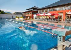 Morgensport im 50-Meter-Sportbecken im Freibereich des Asia Spas Leoben.