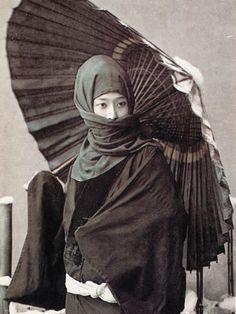 お高祖頭巾、目元のみ露出する女性(明治時代の美人ランキング)
