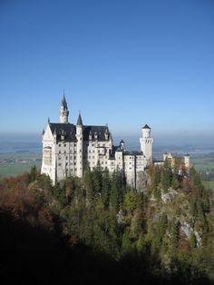 Nesselwang ist interessant im ganzen Jahr, ob im Winter zum Skifahren oder im Sommer zum Wandern, Hausberg Alpspitze, Minigolf und Alpspitz-Bade-Center in der Nähe. Ca. 8 Minuten Fußweg in den Ort.  Nesselwang liegt im Süden von Bayern, direkt an der Grenze zu Österreich und ist somit ein zentraler Ausgangsort für Ausflüge und Fahrten zu Sehenswürdigkeiten aller Art. Ausflugsziele z. B. zu den Königschlösser, Schloß Neuschwanstein, Schloß Hohenschwangau, München, Schloß Linderhof in… Augustine Of Hippo, Beautiful Castles, Feeling Stuck, Vacation, Mansions, House Styles, Travel, Google, Castles