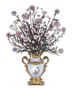 Époque Louis XV, vers 1748-1752 Pot-pourri en porcelaine dure de Meissen accueillant environ quatre-vingts fleurs, principalement en pâte tendre de Vincennes, tiges en tôle peinte, monture en bronze doré, h. 98 cm.