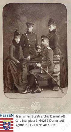 Da esquerda para direita: Princesa Alix de Hesse e do Reno (depois czarina Alexandra Feodorovna da Rússia (1872-1918); . Erbgroßherzog Ernst Ludwig de Hesse e do Reno (1868-1937) de uniforme; Grão-Duque Ludwig IV de uniforme. Princesa Ella (Elizabeth) de Hesse e do Reno, mais tarde, grã-duquesa Elisaveta Feodorovna da Rússia (1864-1918), datado de 1888.