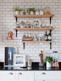 drewniane półki na metalowych podpórkach, miedzieny kinkiet i miedzane uchwyty w szafkach kuchennych - Lovingit.pl