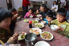 Em 1989, os chineses Chen Tianwen e Guo Gairan adotaram o primeiro filho. Como o birô de assuntos civis da província de Shanxi não tinha onde deixar os bebês abandonados, enviavam as crianças para o casal. Hoje, 26 anos depois da primeira adoção, os dois têm mais de 40 filhos adotados.