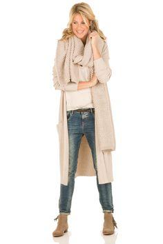ecru vest, sjaal, boyfriend en bruine laarsjes