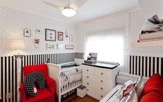 Decoração de quarto de bebê com listras e bolinhas preto e brancas e detalhes em vermelho Projeto de Sesso e Dalanezi