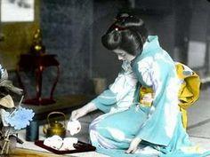 """En la ceremonia del té japonés """"Chanoyu"""", el maestro de ceremonia debe ir vestido de forma tradicional. En sus orígenes sólo había maestros varones hasta mediados del siglo XIX cuando se abolió la clase guerrera. En la actualidad las mujeres son las que más practican la ceremonia del té... +info http://www.iloveteacompany.com/2013/12/ceremonia-te-japones-chanoyu.html"""