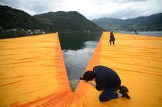 Lago d'Iseo, Christo ha terminato la sua opera: l'artista presenta al mondo 'The Floating Piers'