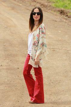 look con chaqueta kimono y jeans de pierna ancha