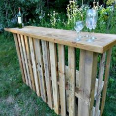 Genius Pallet Building Ideas Who's ready for outdoor parties and BBQ's? This girl sure it :) Up-cycle a pallet into and outdoor bar :)Who's ready for outdoor parties and BBQ's? This girl sure it :) Up-cycle a pallet into and outdoor bar :) Pallet Bar, Pallet Ideas, Pallet Wine, Pallet Counter, Pallet Tables, Bar Tables, Old Pallets, Wooden Pallets, Salvaged Wood