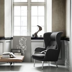 """Der Sessel """"Ro"""" von Fritz Hansen bietet Raum für innere Ruhe und eine kleine Auszeit von der Hektik des Alltags."""
