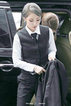 Moonbyul in suits ft goddess Wheein Kpop Girl Groups, Korean Girl Groups, Kpop Girls, Mamamoo Moonbyul, Soyeon, South Korean Girls, Girl Crushes, Asian Girl, Asian Boys