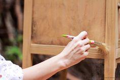 En este tutorial, te muestro como lijar y teñir la madera y a hacer una patina con pincel seco. Como yapa,  utilizo figuras de mdf cortadas con laser para darle un carácter mas personal!   Andá buscando ese mueble que tenés por ahí arrumbado, y empecemos a trabajar!  Encontrá el paso a paso escrito, tips y mas info útil acá:  http://www.airesdebohemia.com.ar/search/label/Tutoriales #furnituremakeovers #reciclado #mueblesreciclados #patinas #chalkpaint #DIY #paintedfurniture #distressed