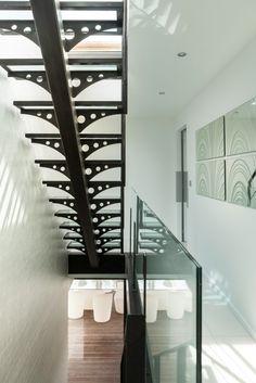 Escalier design sur limon central avec dalles de verre réalisé par Escaliers Décors® Marseille - modèle déposé (www.ed-ei.fr) Construction d'un gite à Venasque | Atelier d'architecture Joseph Escriba à AVIGNON