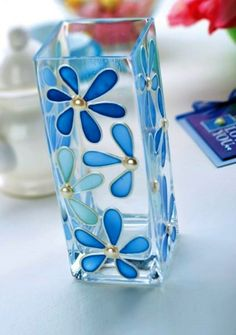 DIY glass painting patterns of flowers, peacock , fishes, butterflies and animals. Easy glass painting ideas for beginners to do at home Glass Painting Patterns, Glass Painting Designs, Stained Glass Patterns, Paint Designs, Glass Bottle Crafts, Bottle Art, L'art Du Vitrail, Stained Glass Paint, Painted Vases