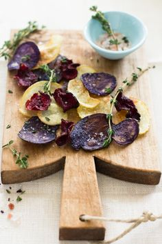 Beet & Potato Chips with Thyme Rock Salt- think I could get my kids to eat beets this way Beet Recipes, Vegetarian Recipes, Healthy Recipes, Drink Recipes, I Love Food, Good Food, Yummy Food, Beet Chips, Veggie Chips