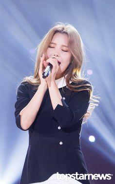 11월 15일 서울 마포구 상암동 SBS 프리즘 타워에서 열린 SBS MTV '더 쇼 : 올어바웃 K팝(The Show : All About K POP) '(이하 '더 쇼') 생방송 현장에마마무 솔라가참석했다.    솔라가 무대를 꾸미고 있다.