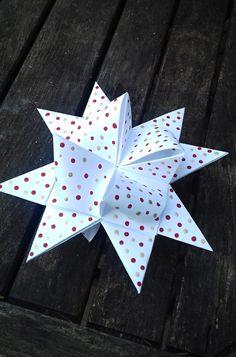 Vánoční+hvězdička+do+okna+s+puntíky+15,5+cm+Vánoční+hvězdička+je+vyrobena+z+kvalitního+papíru+gramáž+130+gsm,+ozdobená+puntíky+ve+zlaté+a+červené+barvě,+rozměr+hvězdičky+je+15,5+x+8,5+cm.+Vhodné+jako+ozdoba+na+vánoční+stromeček,+na+výrobu+girlandy,+k+zavěšení+na+zeď+nebo+do+okna+nebo+jen+tak+k+dekoraci+na+vánoční+stůl.