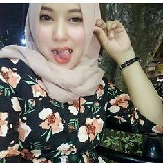 Mlm temen2,kebanguunn niihh 😷😴 @aishaa_khumaira @aishaa_khumaira Beautiful Hijab Girl, Beautiful Asian Girls, Casual Hijab Outfit, Hijab Chic, Video Hijab, Girl Number For Friendship, Modern Hijab Fashion, Women's Fashion, Islamic Girl