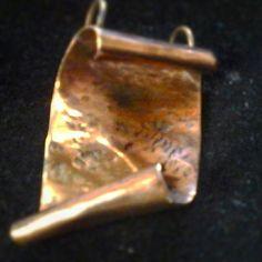 Colgante de cobre modelo pergamino  hecho 100 % a mano.