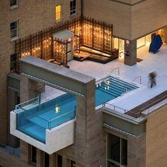 Een duik nemen met downtown Dallas als uitzicht kan in het Joule Hotel