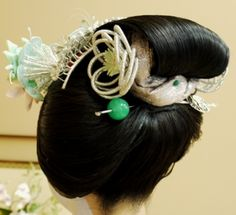 This is the same henshin studio photo set as the leaves. It shows an excellent view of the back of the katsuyama (crown/bridge) kanzashi. Also, note that the tama kanzashi is green for summer.