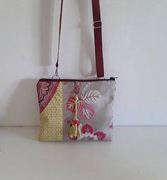 Aux couleurs tendance femme actuelle, style bohème, un sac bandoulière pour donner de la couleur dans votre quotidien! Sac bandoulière en tissu tissé jacquard beige et coloré, tissu coton jaune et rouge façon patchwork Sur le devant du sac une jolie pendille de trois pompons
