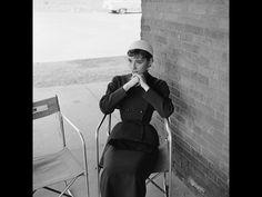 El diseñador y la actriz se conocieron en el rodaje de Sabrina. A Givenchy le ofrecieron diseñar el vestuario de 'Miss Hepburn' y él dio por hecho que se referían a Katherine Hepburn. Cuando descubrió que se trataba de una actriz poco conocida, el modisto rehusó la colaboración, pero tras conocer a Audrey cambió rápidamente de idea. Fue el comienzo de una amistad que duraría siempre.
