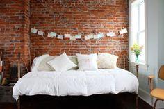 Dormitorio con pared de ladrillos a la vista
