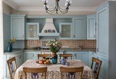 кухня с голубыми фасадами в стиле кантри