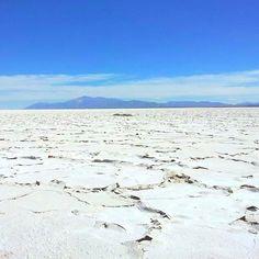 ♡ Este é um deserto de Sal que passei hoje aqui em San Pedro de Atacama. Muuuito lindo e seco. O ar Incomoda os olhos, boca, nariz e a pele e meu cabelo ficou cheeeio de energia eletrostática mas vale mto a pena. San Pedro é muito interessante, linda e de uma cultura rica. ♡ #atacama #salinas #salar
