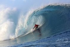 仏領ポリネシア・タヒチ(Tahiti)島のチョープー(Teahupoo)で開催された世界プロサーフィン連盟(ASP)の男子ワールドツアー「ビラボン・プロ・タヒチ(Billabong Pro Tahiti)」で技を競う、米国のケリー・スレーター(Kelly Slater)選手(2014年8月18日撮影)。(c)AFP/GREGORY BOISSY ▼22Aug2014AFP|バトル繰り広げるサーファーたち、タヒチでプロサーフィン大会 http://www.afpbb.com/articles/-/3023730