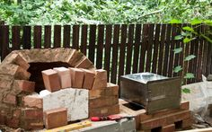 This article is about how to how to build an outdoor pizza oven. We show plans for building a wood fired pizza oven. Our article is a diy brick pizza oven. Build Outdoor Kitchen, Outdoor Stove, Pizza Oven Outdoor, Outdoor Kitchens, Outdoor Rooms, Outdoor Living, Fire Pit Pizza, Build A Pizza Oven, Pain Pizza