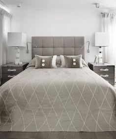 Dans cette seconde chambre, on a joué les effets géométriques. Le lit (Meridiani) est recouvert d'un tissu de Dedar, travaillé dans un esprit matelassé en tête de lit. Couvre-lit, créé par Doreen Scott et réalisé dans un tissu à losanges de Jim Thompson. Coussins, création Doreen Scott, houssés de textiles provenant des collections de Bruno Triplet et Abbot and Boyd. Tables de chevets, création Kelly Hoppen. Lampe de tables et liseuse, Cinabre.