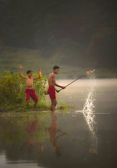 Berburu ikan. Village Photography, People Photography, Children Photography, Portrait Photography, Kids Around The World, People Of The World, Cute Little Boys, Cute Kids, Beauty Of Boys