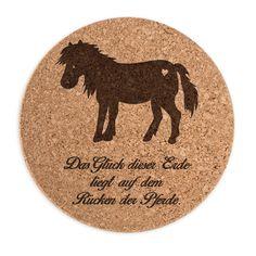 Untersetzer Kork Rund Pony aus Kork  Natur - Das Original von Mr. & Mrs. Panda.  ##PRODUCTTYPES_DESCRIPTION##    Über unser Motiv Pony  123 Sommer. Blumenwiesen. Frühlingsduft. Aus dem Wald an der Koppel kommt Vogelgezwitscher. Du sitzt verträumt im Gras und schaust deinem Pony beim Grasen zu.... Klingt wunderschön aber ist leider nicht die Realität? Okay zugegeben: den Wald und die Wiesen können wir dir nicht bieten, dazu musst du schon selbst rausgehen. Aber dieses süße Pony aus reinem…