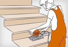 Heimwerker schleift Holztreppe mit Schwingschleifer ab.