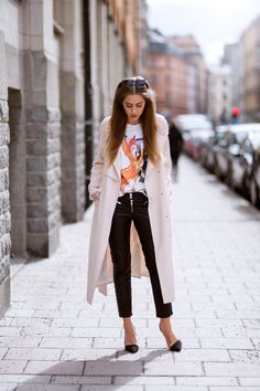 printed blouse, skinny trousers, elegant flats and a professional topper
