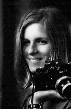 Lady Linda McCartney Linda dedicated her life to her family and to work for animal's rights, and her good deeds are remembered by so many people. Ringo Starr, Linda Eastman, Nikon, Paul And Linda Mccartney, Girls With Cameras, Annie Leibovitz, Portraits, Female Photographers, Most Famous Photographers